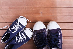 Vieilles chaussures de toile sur un plancher en bois Photos libres de droits