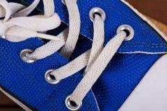 Vieilles chaussures de toile sur un plancher en bois Photos stock