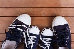 Vieilles chaussures de toile sur un plancher en bois Images libres de droits