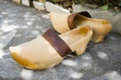 Vieilles chaussures en bois photographie stock
