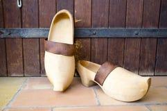 Vieilles chaussures en bois photos stock