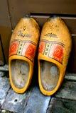 Vieilles chaussures en bois jaunes Photo stock