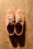 Vieilles chaussures en cuir portées de Brown Images libres de droits
