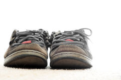 Vieilles chaussures faisantes de la planche à roulettes à l'extérieur portées Images stock