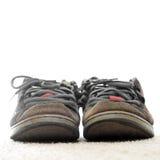Vieilles chaussures faisantes de la planche à roulettes à l'extérieur portées Photo libre de droits