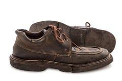 Vieilles chaussures - paires toujours de la vie des chaussures en cuir brunes vieilles et sales Photographie stock