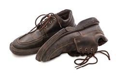 Vieilles chaussures - paires toujours de la vie des chaussures en cuir brunes vieilles et sales Photographie stock libre de droits