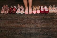 Vieilles chaussures portées de bébé (enfant, enfant) sur le plancher sandales, bottes, s Image libre de droits