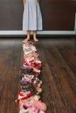 Vieilles chaussures portées de bébé (enfant, enfant) sur le plancher sandales, bottes, s Photo libre de droits