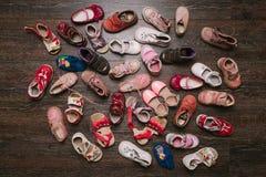 Vieilles chaussures portées de bébé (enfant, enfant) sur le plancher Vue supérieure Configuration plate Image libre de droits