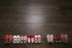 Vieilles chaussures portées de bébé (enfant, enfant) sur le plancher Vue supérieure l plat Photographie stock