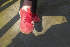 Vieilles chaussures rouges photographie stock