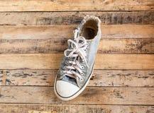 Vieilles chaussures sur le plancher en bois Images libres de droits