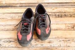 Vieilles chaussures sur le plancher en bois Photographie stock libre de droits