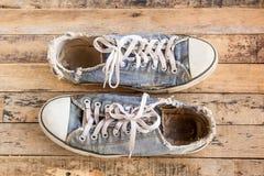 Vieilles chaussures sur le plancher en bois Photo stock