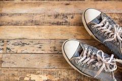 Vieilles chaussures sur le plancher en bois Photo libre de droits
