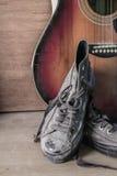 Vieilles chaussures sur un en bois Photos libres de droits