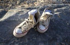 Vieilles chaussures sur une roche images stock