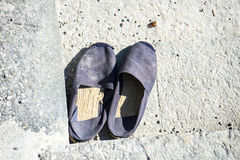 Vieilles chaussures usées d'été sur le style concret de vintage Photo libre de droits