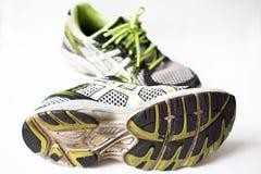 Vieilles chaussures utilisées de sport Photos stock