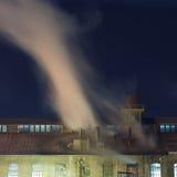 Vieilles cheminées industrielles la nuit Images libres de droits