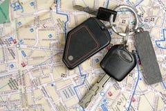 Vieilles clés de véhicule sur une carte. Image stock