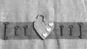 Vieilles clés en métal et coeurs blancs Images libres de droits
