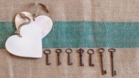Vieilles clés en métal et coeurs blancs Images stock