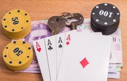 Vieilles clés et jetons de poker Image stock