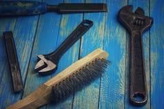 Vieilles clés réglables, brosse en métal, chise Image libre de droits