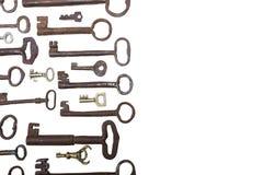 Vieilles clés rouillées de taille différente sur le fond blanc avec l'espace de copie Images stock