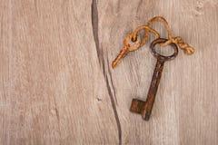 Vieilles clés rouillées sur le bois Image stock