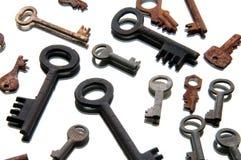 Vieilles clés rouillées sur le fond blanc miroir Photographie stock libre de droits