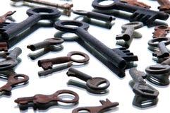 Vieilles clés rouillées sur le fond blanc miroir Photos stock