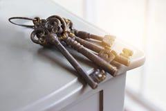 Vieilles clés rouillées sur le fond de table Photo libre de droits