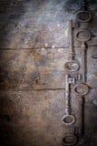 Vieilles clés rouillées sur une table en bois Photographie stock libre de droits