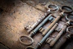 Vieilles clés rouillées sur une table en bois Photo stock