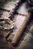 Vieilles clés rouillées sur une table en bois Photos libres de droits