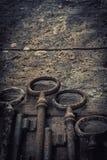 Vieilles clés rouillées sur une table en bois Photos stock