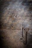 Vieilles clés rouillées sur une table en bois Images libres de droits