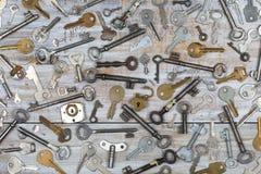 Vieilles clés sur le fond en bois Photographie stock libre de droits