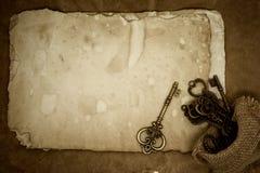 Vieilles clés sur le vieux fond de papier Photo libre de droits