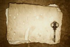 Vieilles clés sur le vieux fond de papier Images stock