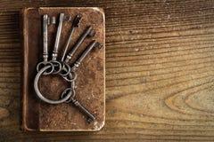 Vieilles clés sur un vieux livre Images stock