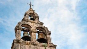 Vieilles cloches d'église sur le ciel bleu photographie stock libre de droits
