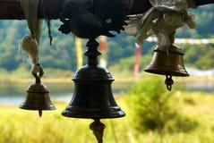Vieilles cloches en bronze dans le temple indien photo stock