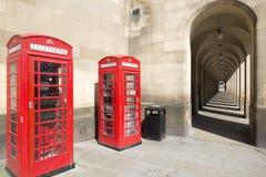 Vieilles colonnades de Manchester et boîtes de téléphone Images stock