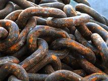 Vieilles cordes à chaînes rouillées - les grandes chaînes rouillées Photo stock