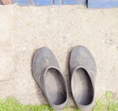 Vieilles couvre-chaussures près de la maison Photographie stock libre de droits