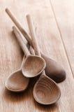Vieilles cuillères en bois rustiques Images libres de droits